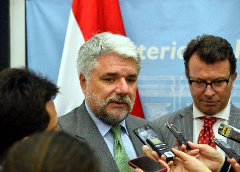 el-representante-europeo-francisco-acosta-soto-izq-y-el-embajador-de-la-ue-en-asuncion-alessandro-palmero-_802_573_1300520